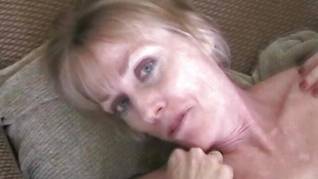 Hot porno tidak terdaftar  Lucu sehingga memungkinkan dokter, menempel pada istri hot kakek jepang di sofa.